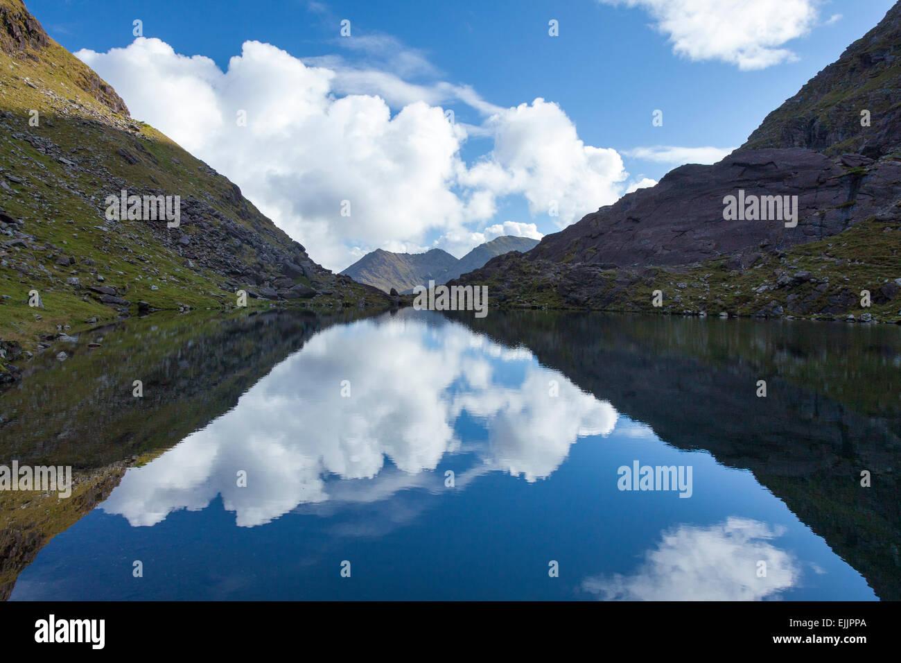 Cummeenoughter Irlande Lough, le plus haut lac, sur les pentes du Carrauntoohil. MacGillycuddy Reeks, comté Photo Stock