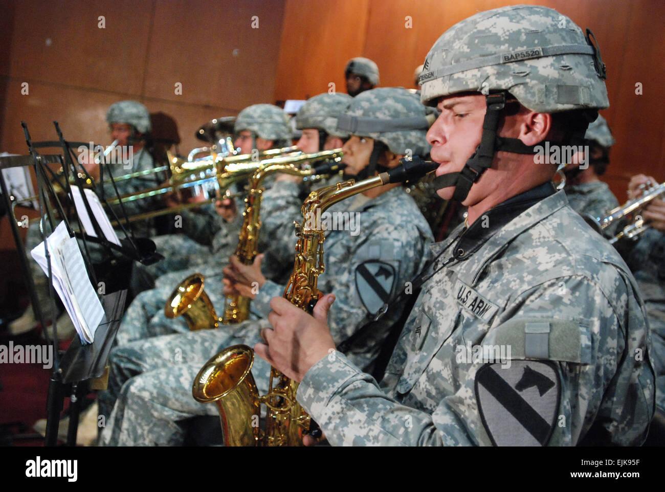 Les soldats de l'Armée américaine à partir de la Division de cavalerie Band effectuer au cours d'une cérémonie de passation de commandement pour Multi-National Security Transition Command - l'Iraq à Bagdad, l'Iraq, le 10 juin 2007. Au cours de l'événement de l'armée américaine le général Martin E. Dempsey a quitté le commandement de l'armée américaine le général James M. Dubik. Le s.. Curt Cashour Banque D'Images