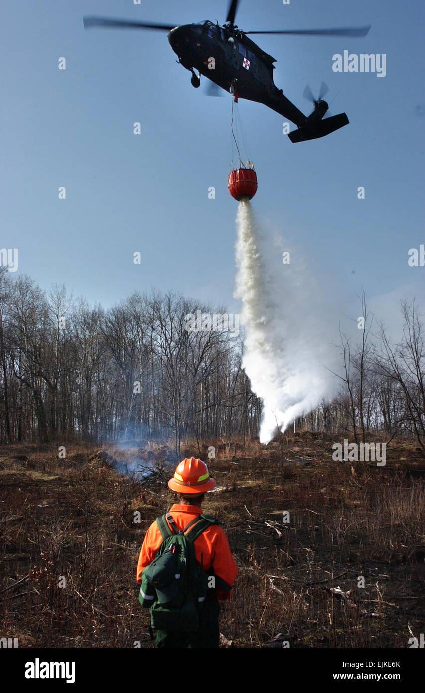 Mike Eilers guides un UH-60A Black Hawk de l'équipage de la Garde nationale du Minnesota qu'il déverse Photo Stock