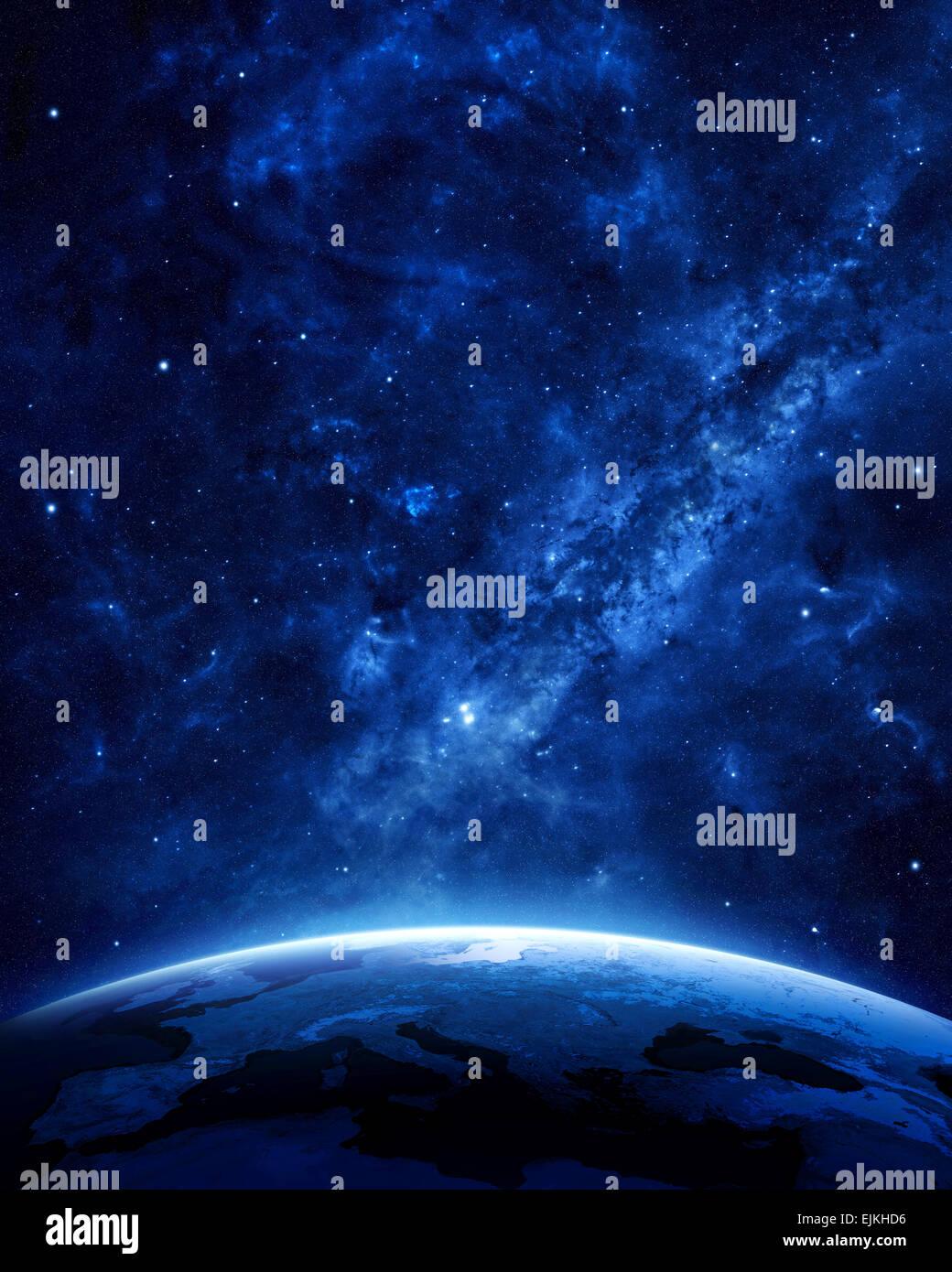 La nuit de la Terre vue de l'espace avec le bleu, l'atmosphère et de l'espace lumineux en haut. Photo Stock
