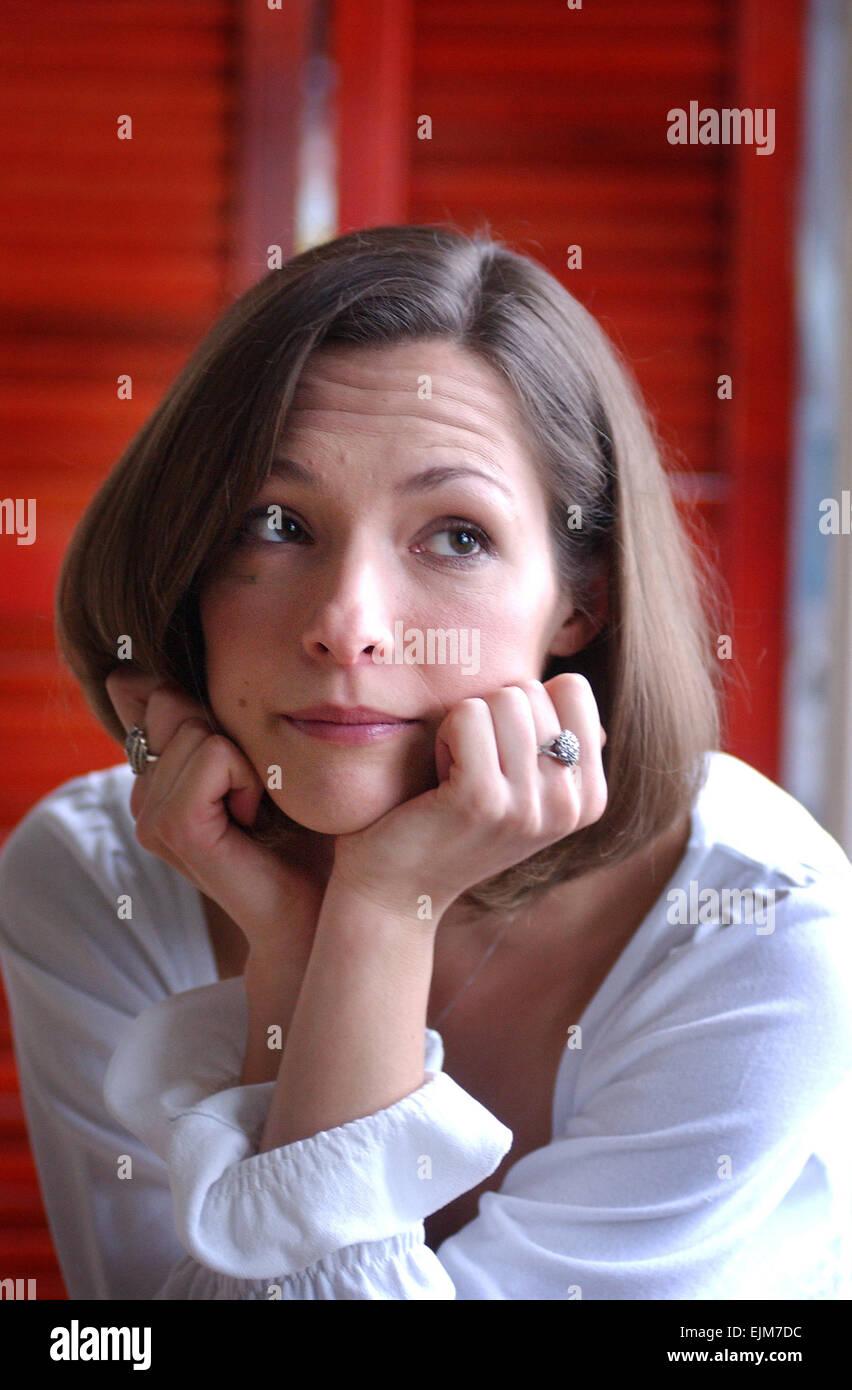 Hove actrice Alex Childs l'air triste qu'elle est toujours sans son Roméo . Alex joue le chef de partie Photo Stock