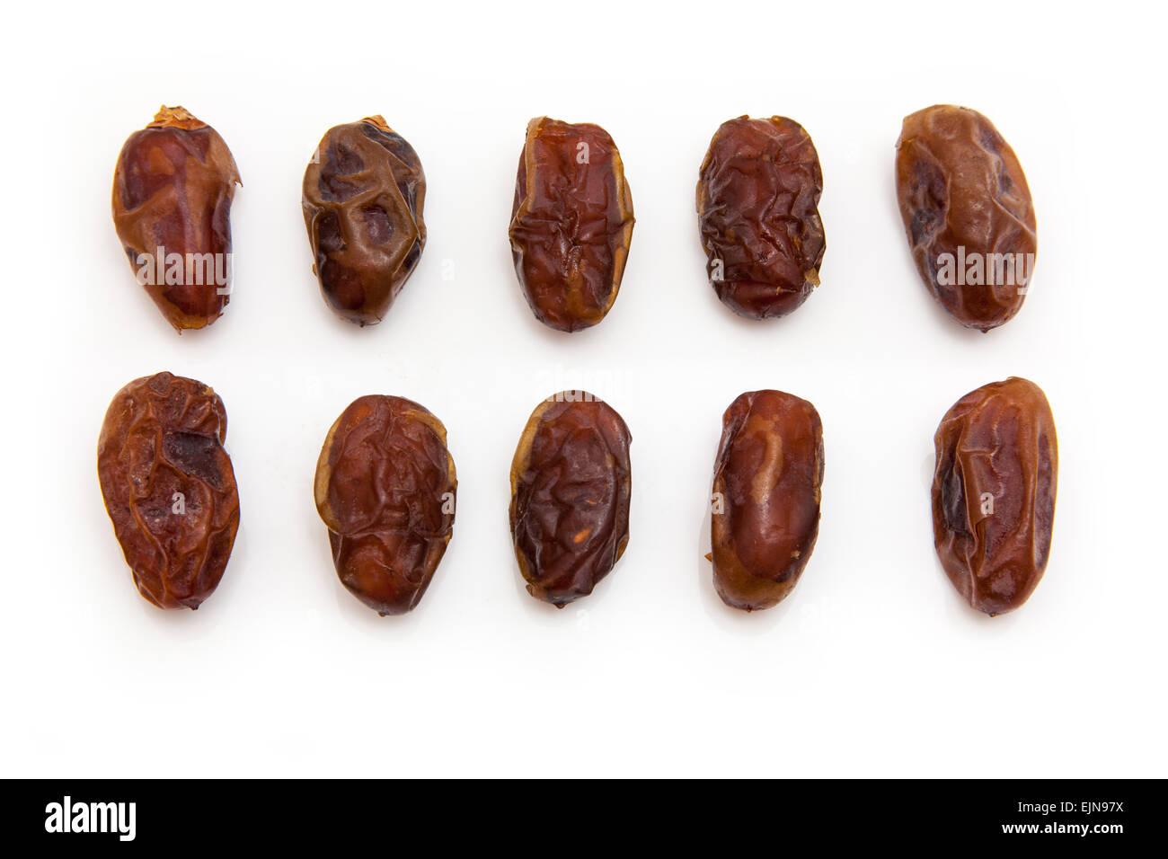 Dates Halawi isolé sur un fond blanc. Halawi date dates proviennent d'arbres dans les déserts et les Photo Stock