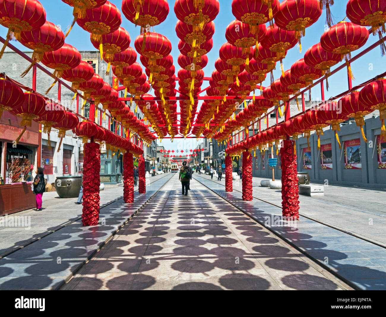 La Chine, Beijing, la rue Qianmen nouvellement reconstruit, lanternes de décoration Photo Stock