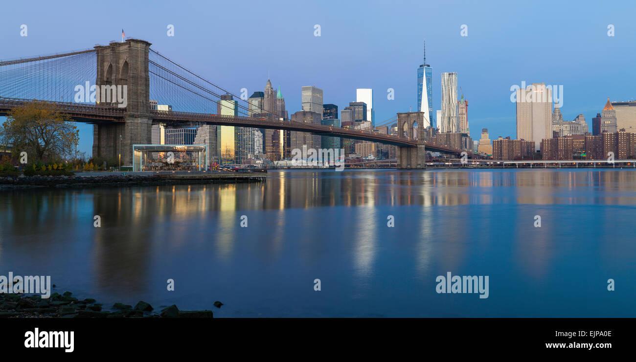 USA, New York City, le centre-ville de Quartier Financier de Manhattan, un World Trade Center et le pont de Brooklyn Photo Stock