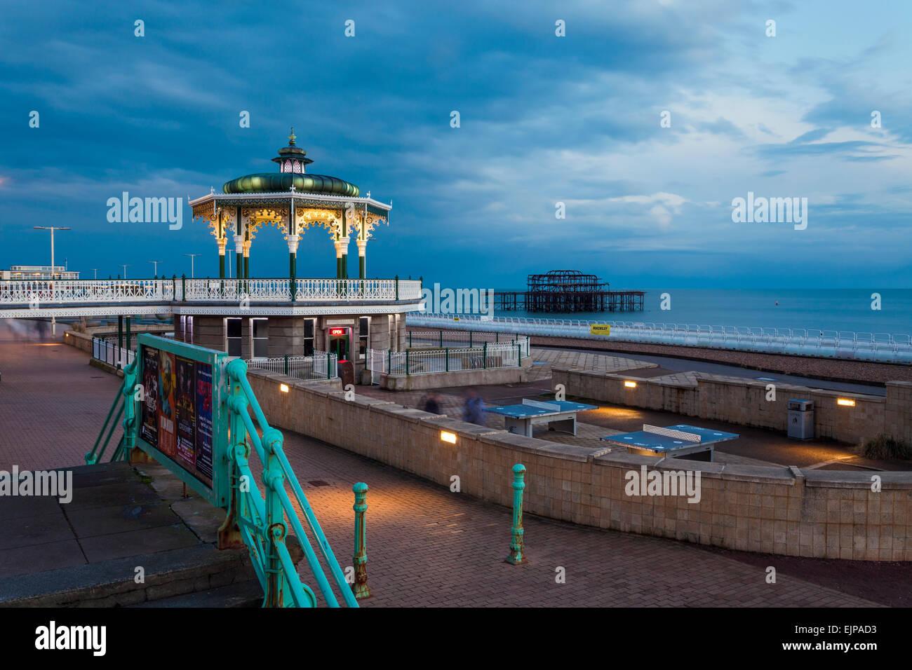 Soir sur le front de mer de Brighton, East Sussex, Angleterre. Photo Stock
