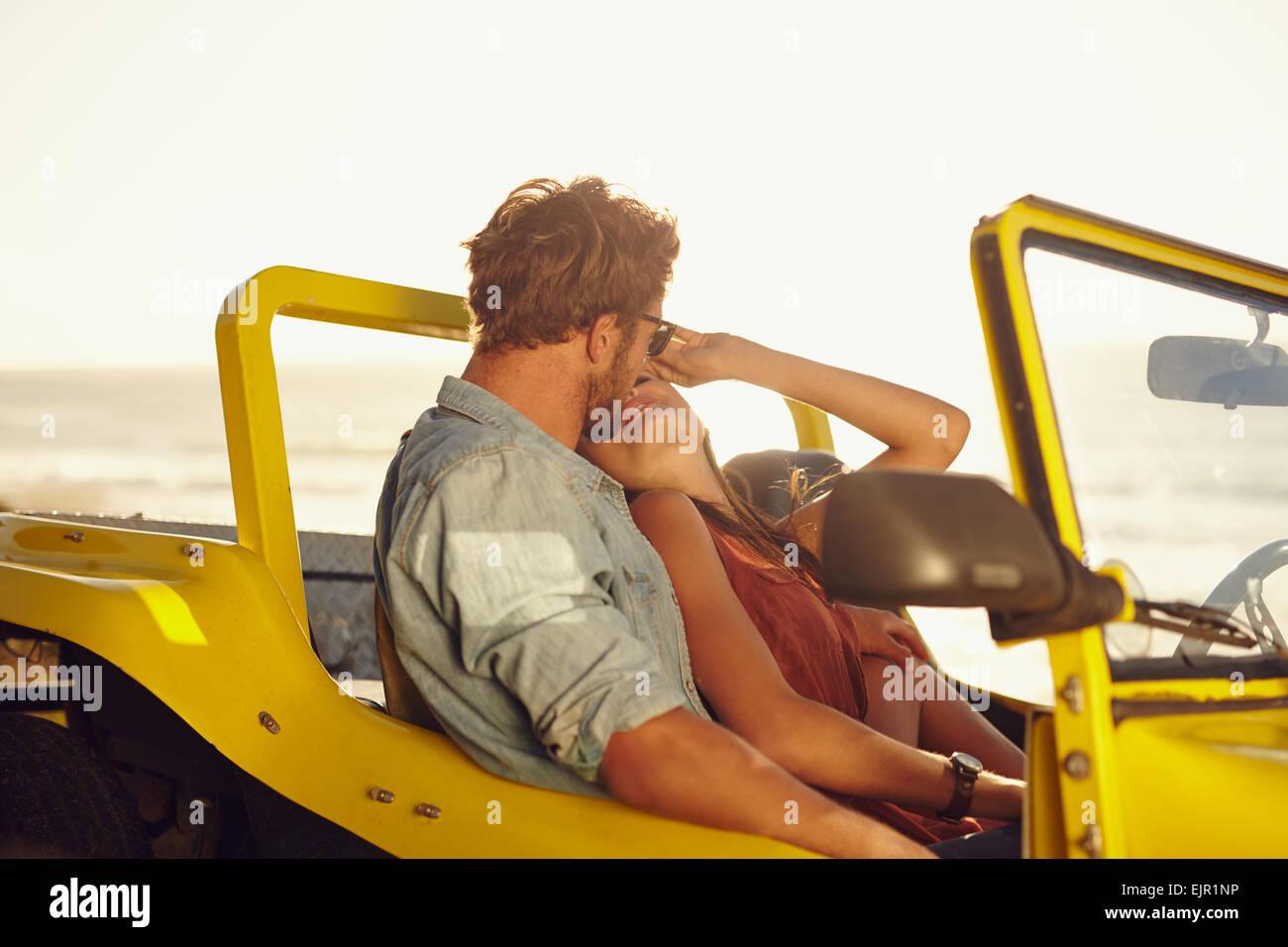 Young couple dans une voiture. Jeune couple partage un moment romantique tandis que sur un voyage sur la route. Photo Stock