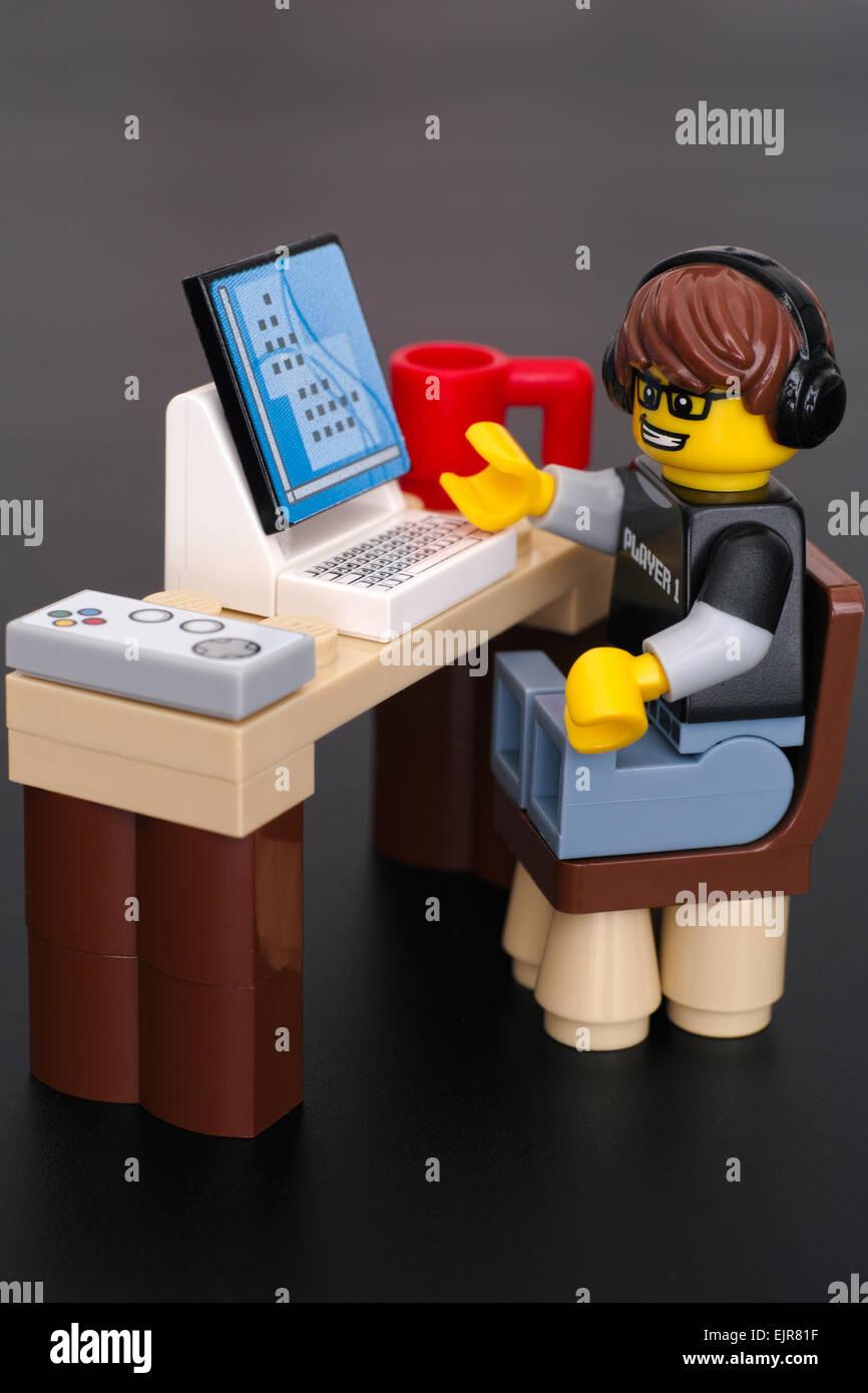 Guy Jeu Vidéo Lego playmobil - 5116 - moto (joueur 1) à sa table avec ordinateur, manette et tasse sur Photo Stock