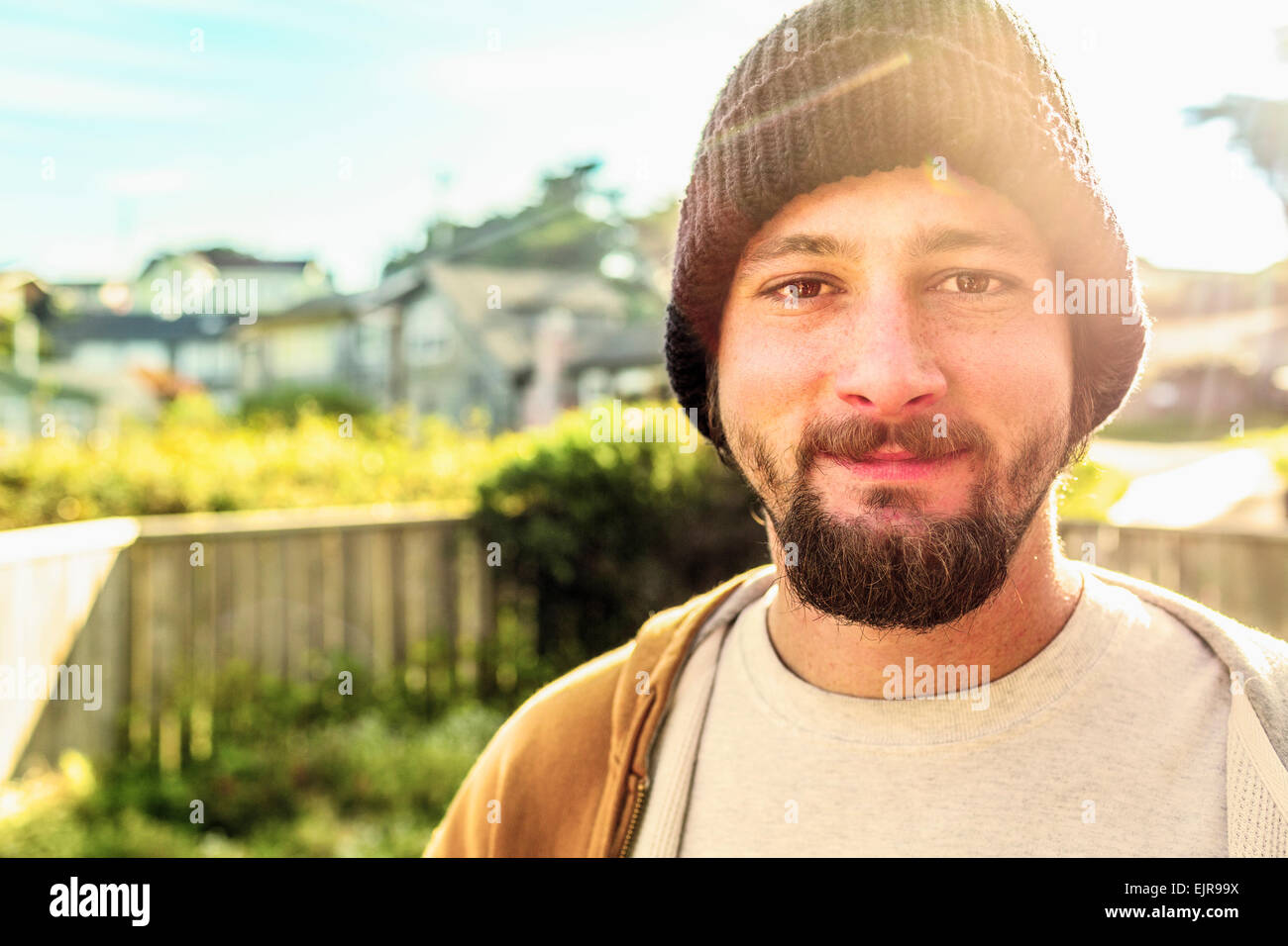 Caucasian man smiling in backyard Banque D'Images