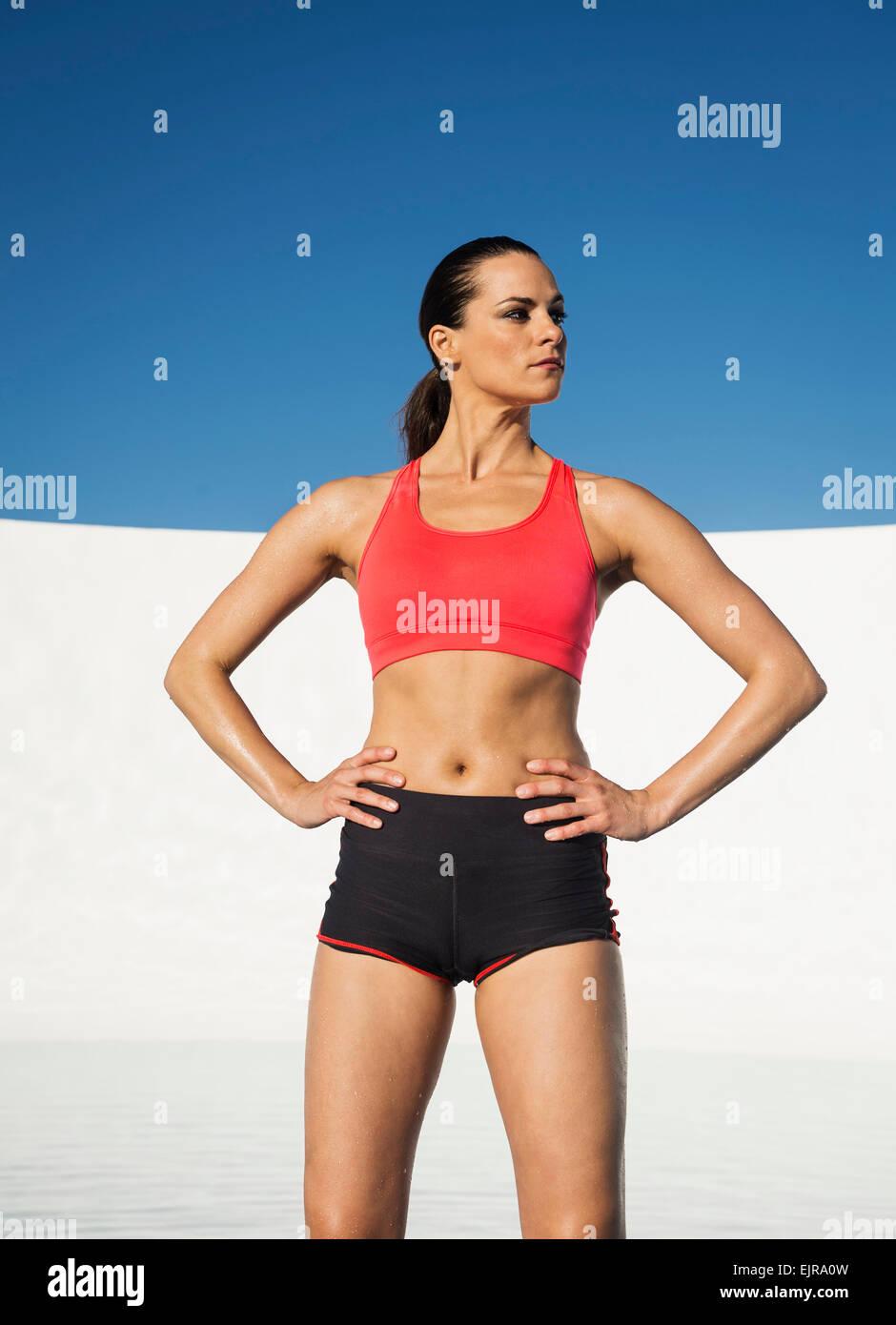 L'athlète de race blanche standing with hands on hips Banque D'Images