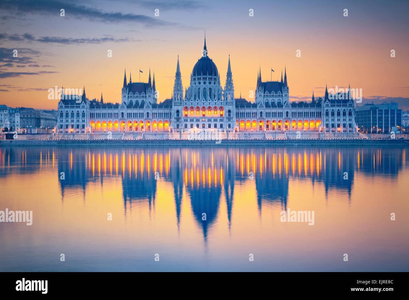 Budapest. Image du parlement hongrois à Budapest pendant le lever du soleil. Photo Stock
