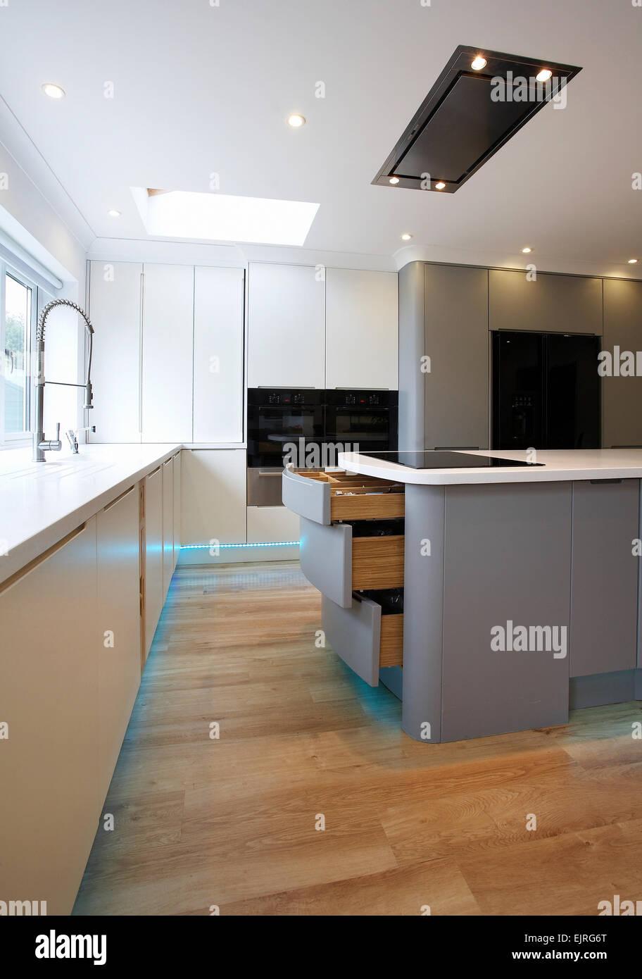 Une cuisine moderne blanc et gris à l\'intérieur d\'une maison au ...