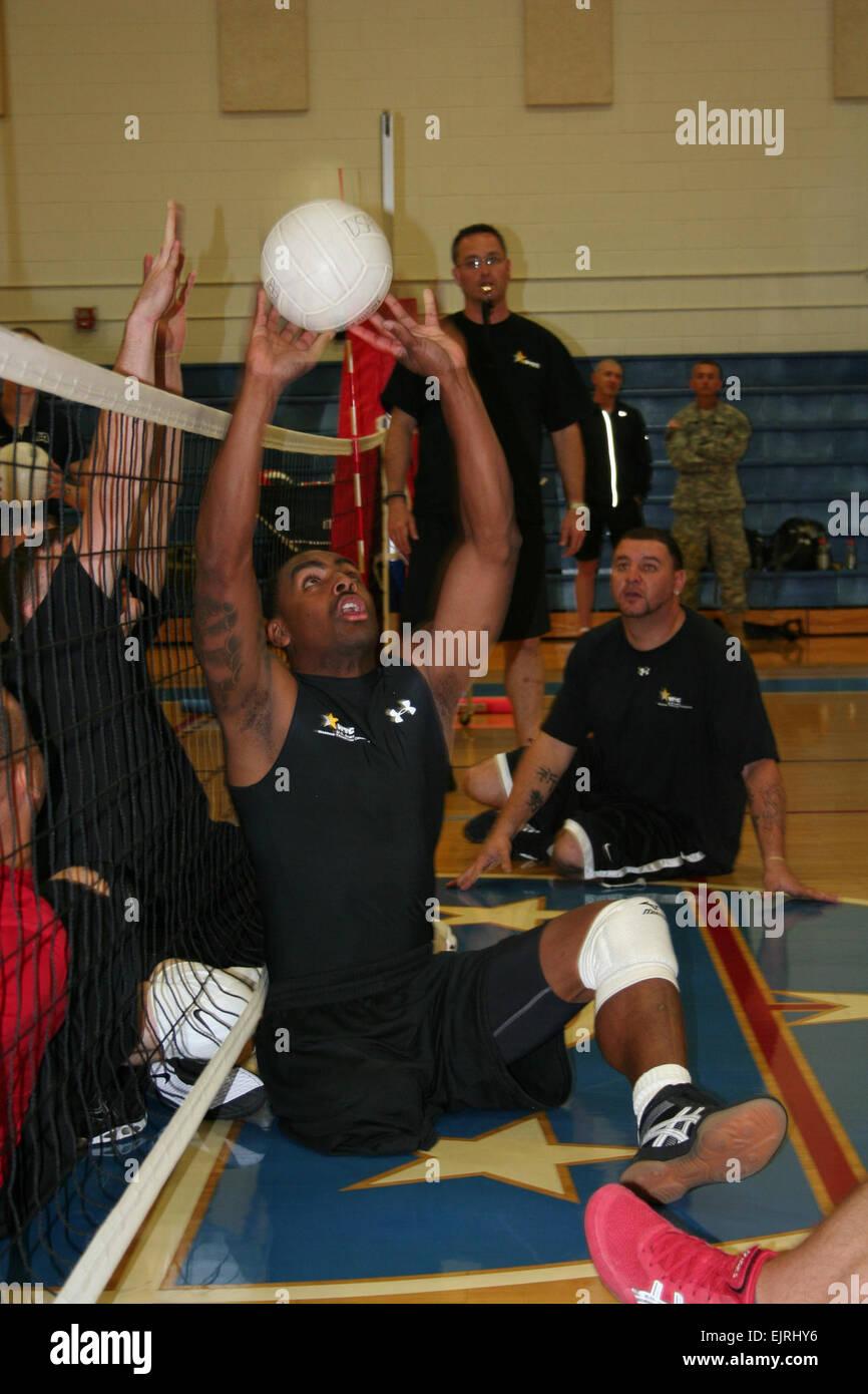 Le SGT Delvin Maston, Ft. Sam Houston Warrior Transition bataillon, définit le ballon pour un coéquipier de volleyball Banque D'Images