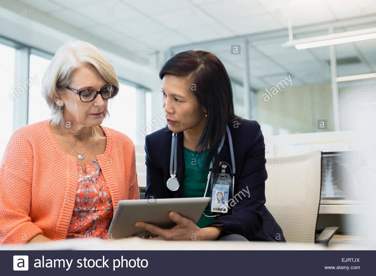 Médecin et patient using digital tablet in clinic Photo Stock