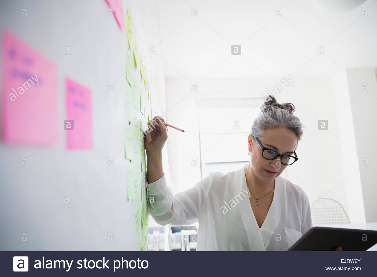 Businesswoman with digital tablet remue-méninges Photo Stock