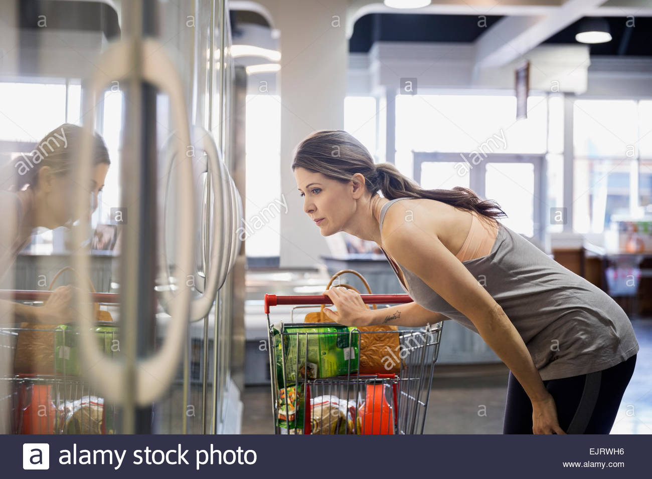 Woman shopping in grocery store aliments congelés Photo Stock