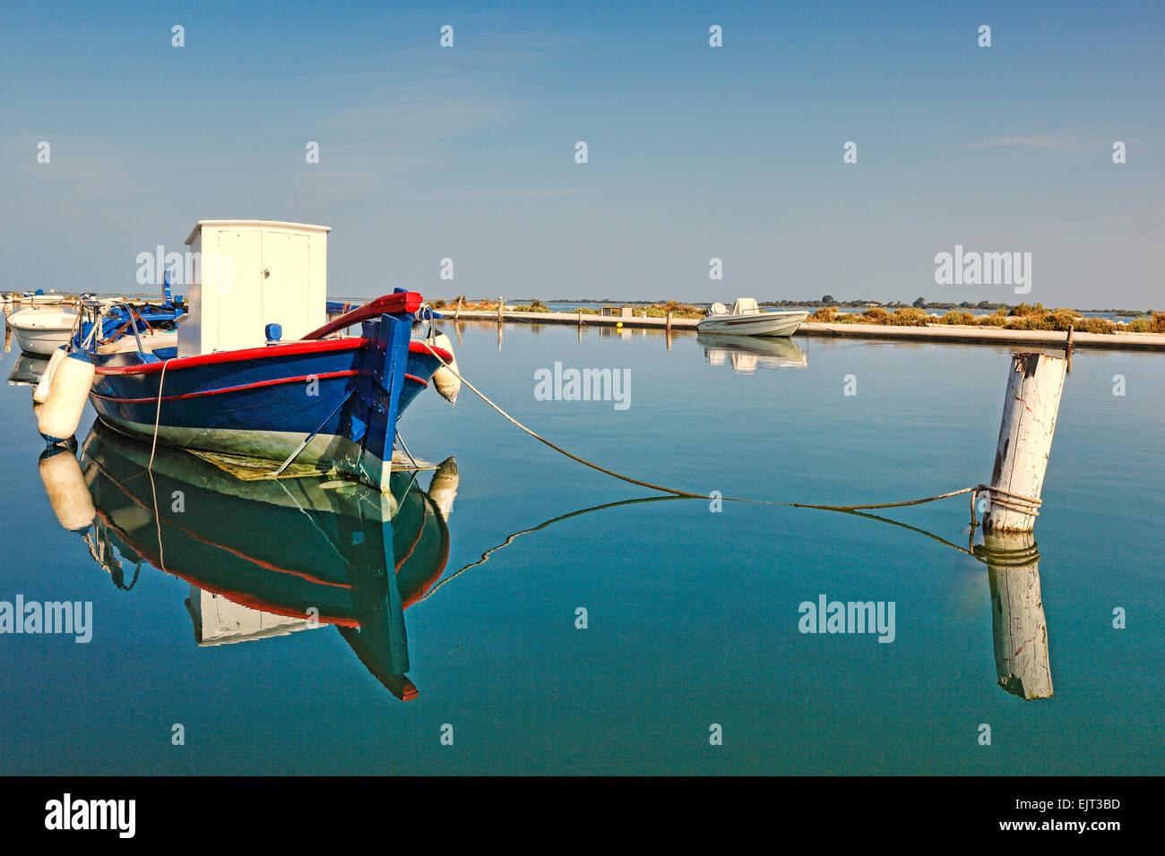 Un bateau de pêche amarré dans les eaux peu profondes de la ville de Lefkada, Grèce Photo Stock