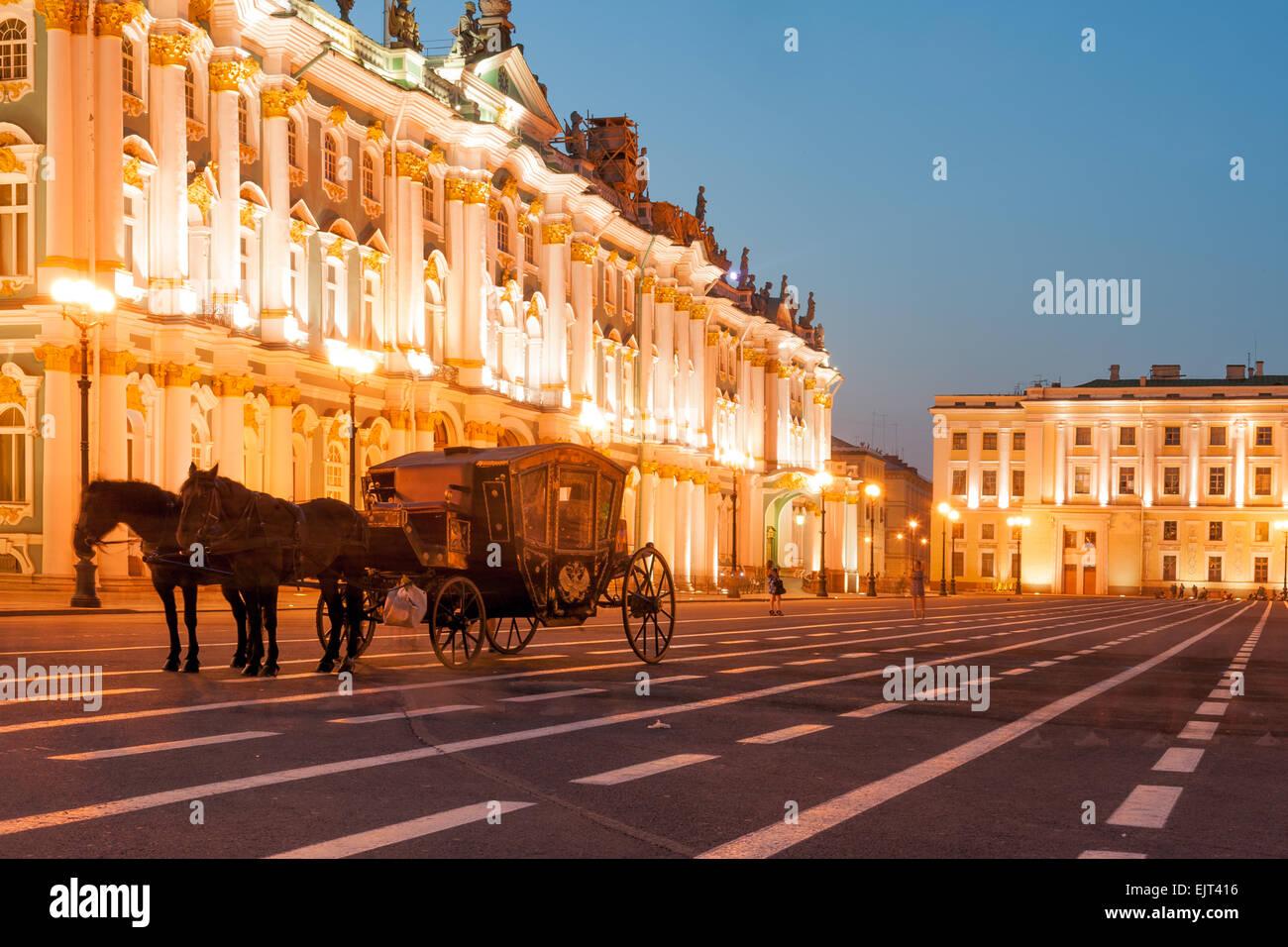 Promenades en calèche par le palais d'hiver sur la place du Palais, Saint Petersbourg, Russie Photo Stock