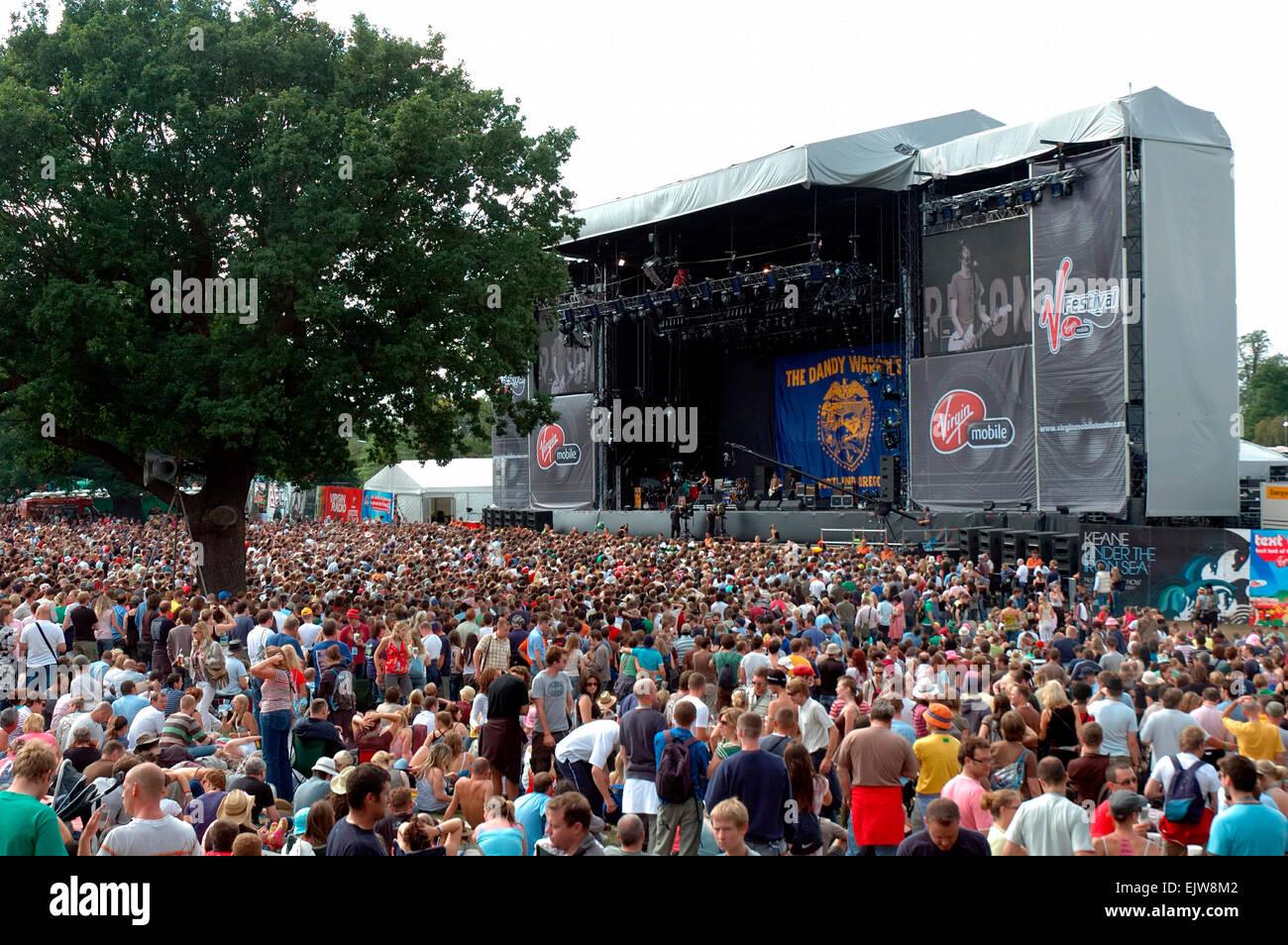 Festival de musique Virgin V V2006, les fans de regarder la scène principale,Hylands Park, Chelmsford, Essex, Angleterre Banque D'Images