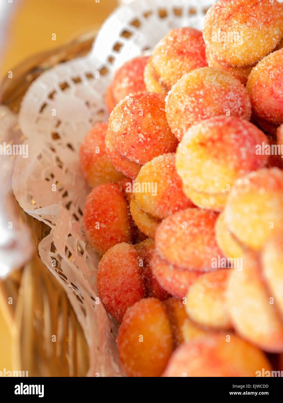 Croate colorés traditionnels gâteaux aux pêches dans panier Photo Stock