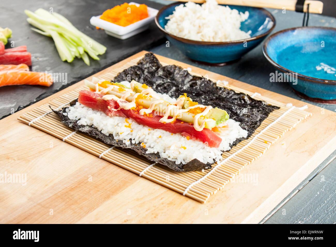 Handrolls sushi avec du riz, des algues et baguettes Photo Stock
