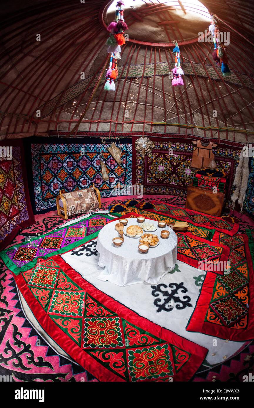 L'intérieur d'une yourte nomade ethnique chambre avec table de la nourriture à Nauryz célébration Photo Stock