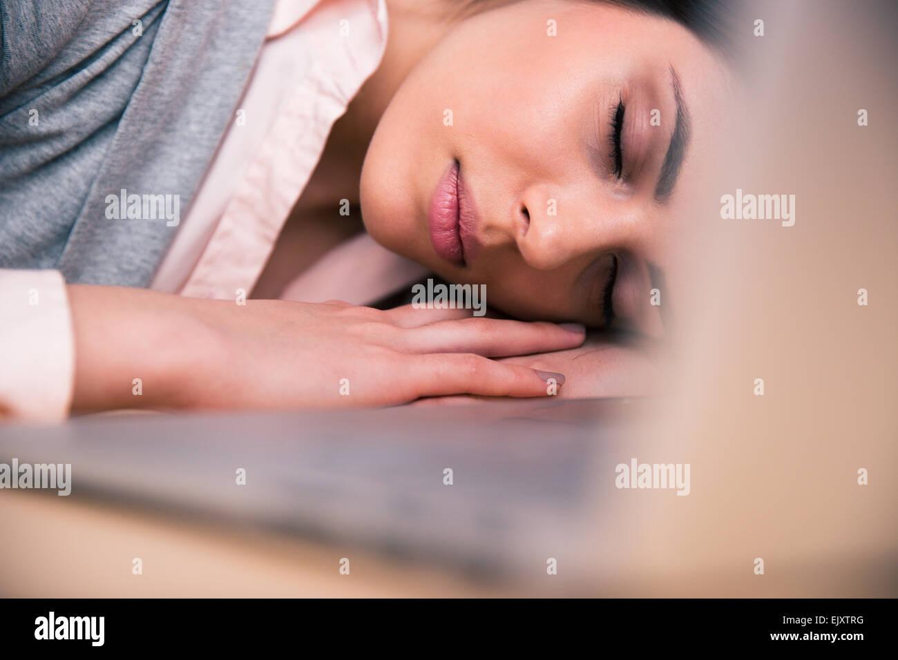 Belle femme d'affaires de dormir sur la table in office Photo Stock