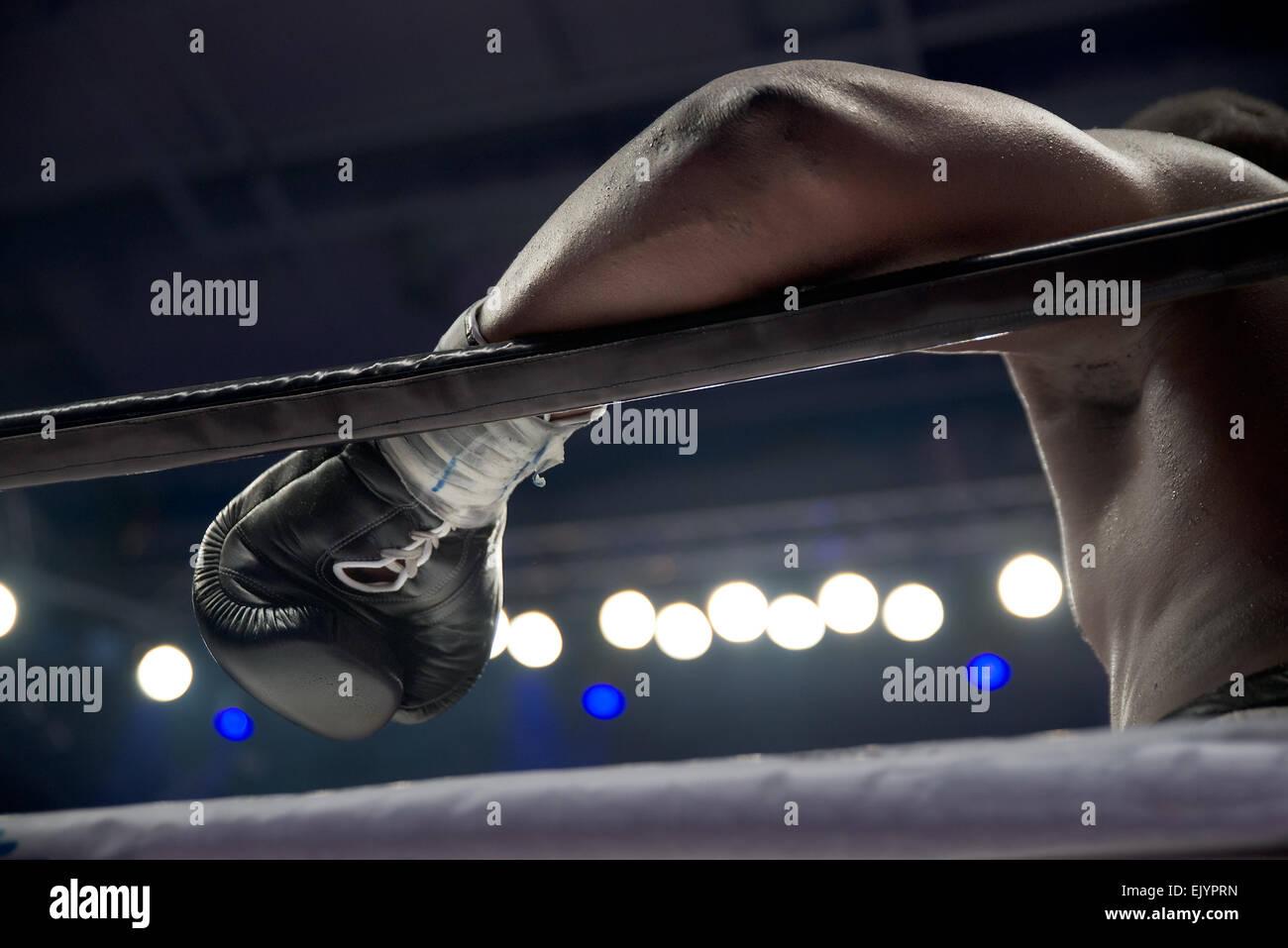 La main du boxeur sur l'anneau d'acier Photo Stock