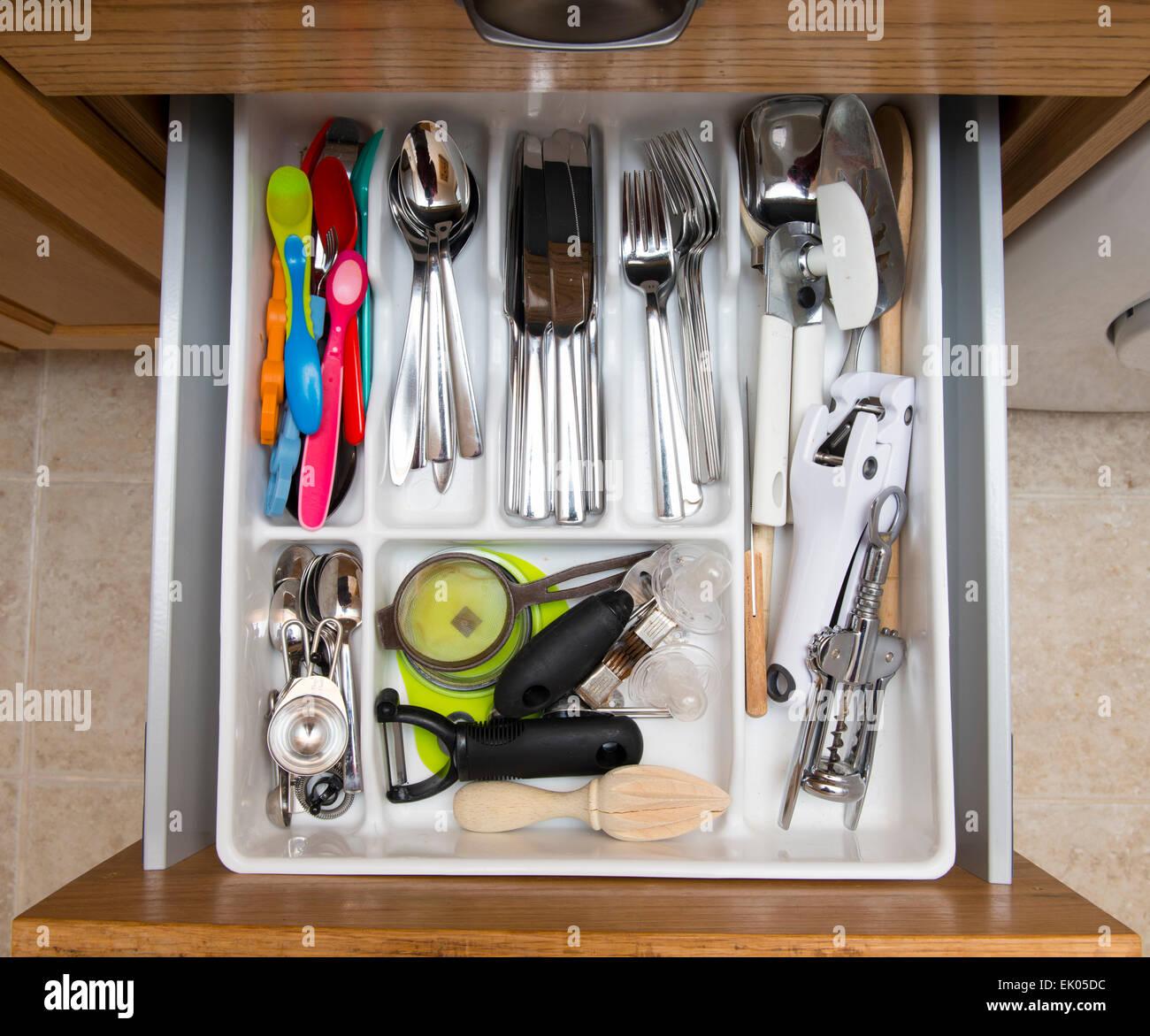 Tiroir à couverts dans une cuisine. Photo Stock