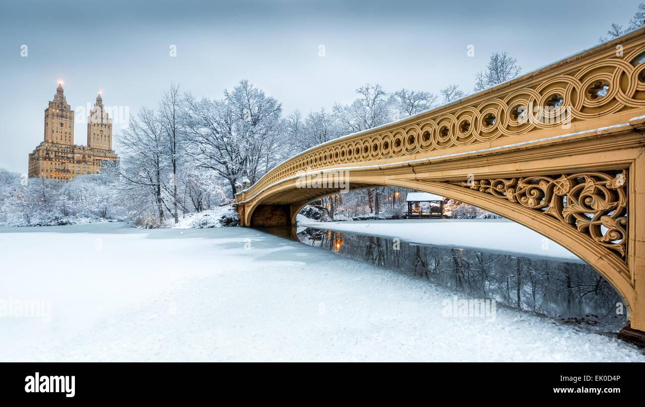 Pont Bow dans Central Park, NYC à l'aube, après une tempête de neige Photo Stock