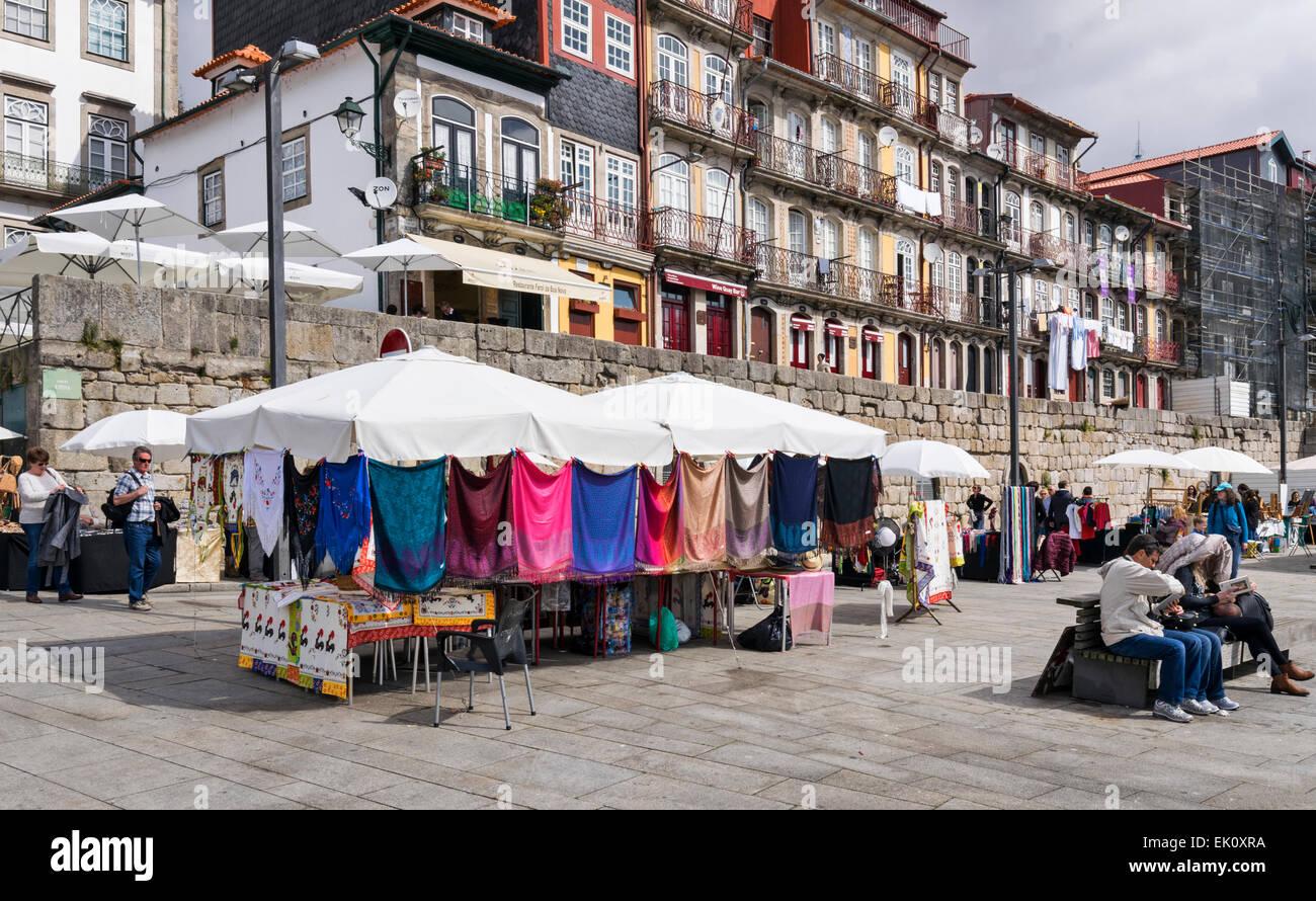 PORTUGAL PORTO STREET MARKET À CÔTÉ DE LA RIVIÈRE DOURO AVEC CHÂLES colorés Photo Stock