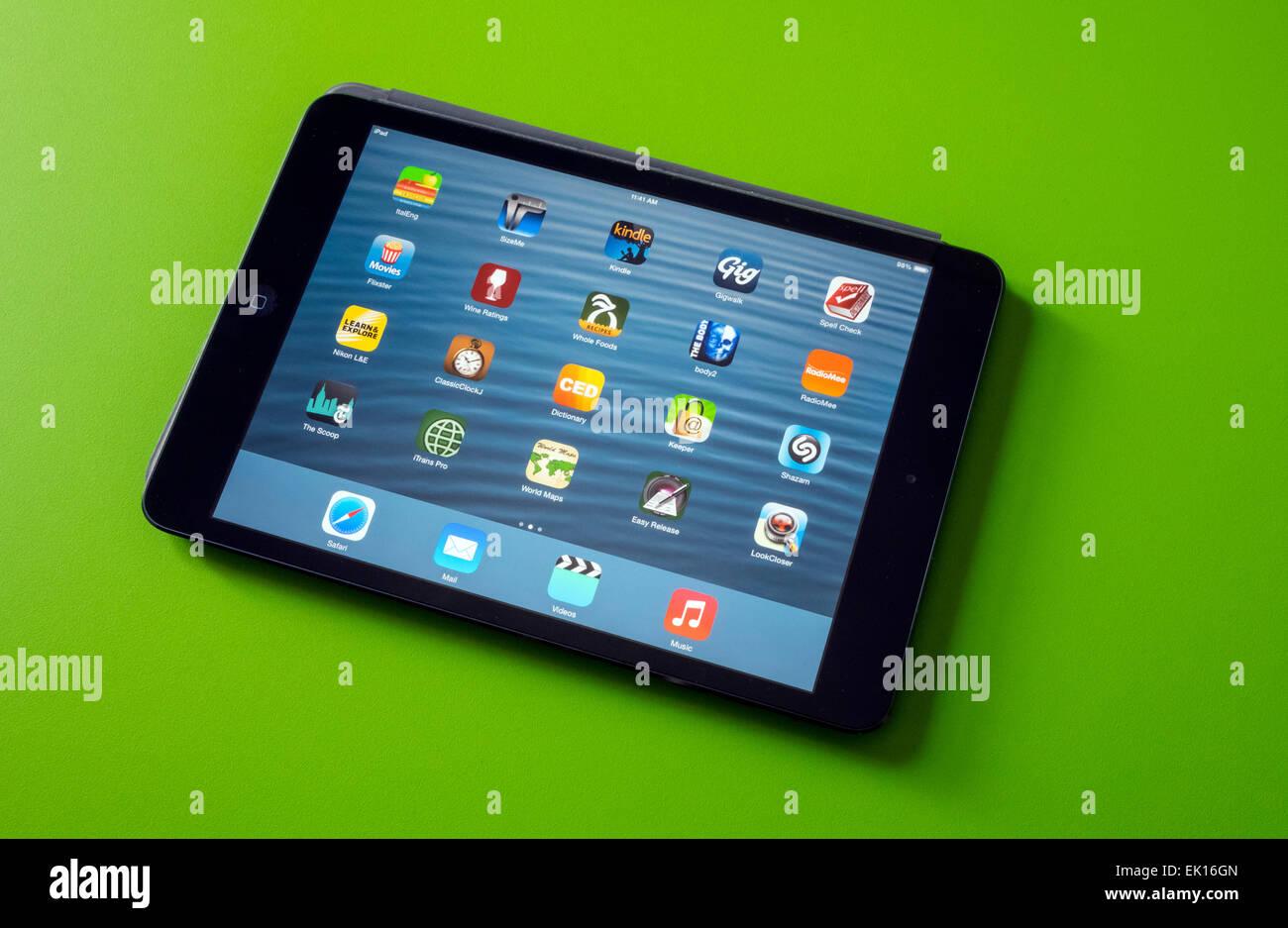 Apple iPad mini montrant la page d'accueil avec une sélection d'apps Photo Stock