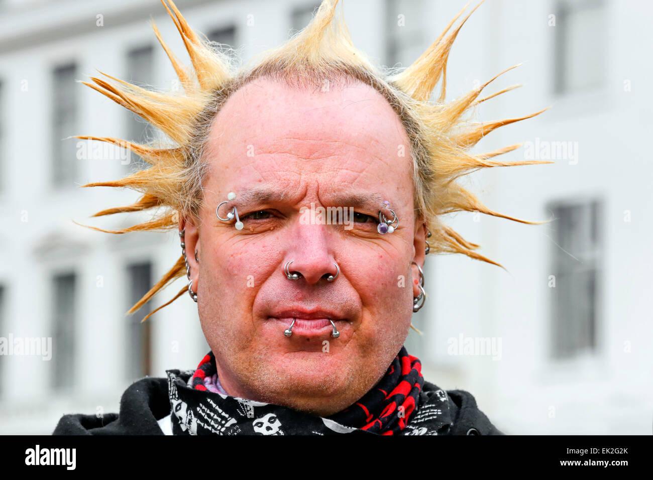 Coupe De Cheveux Punk Homme homme avec coupe de cheveux punk et le visage goujons, glasgow