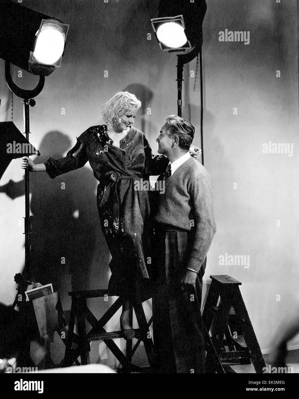 """Jean Harlow, directeur Victor Fleming, sur-ensemble après scène coupée de Film """"téméraire"""", Photo Stock"""