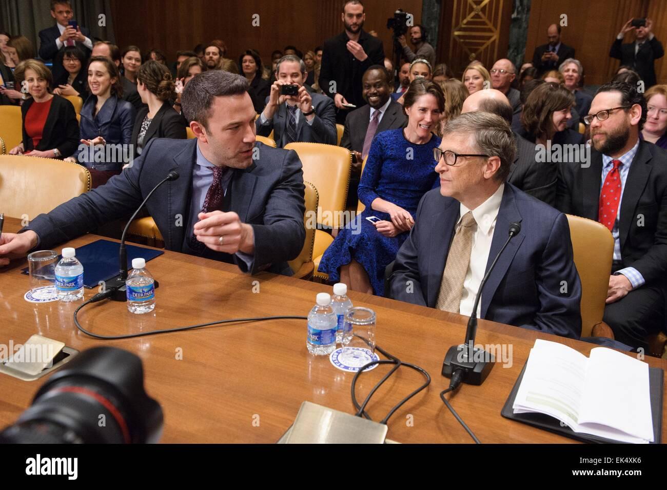 L'acteur Ben Affleck parle avec le fondateur de Microsoft Bill Gates avant de venir témoigner à l'audience Photo Stock