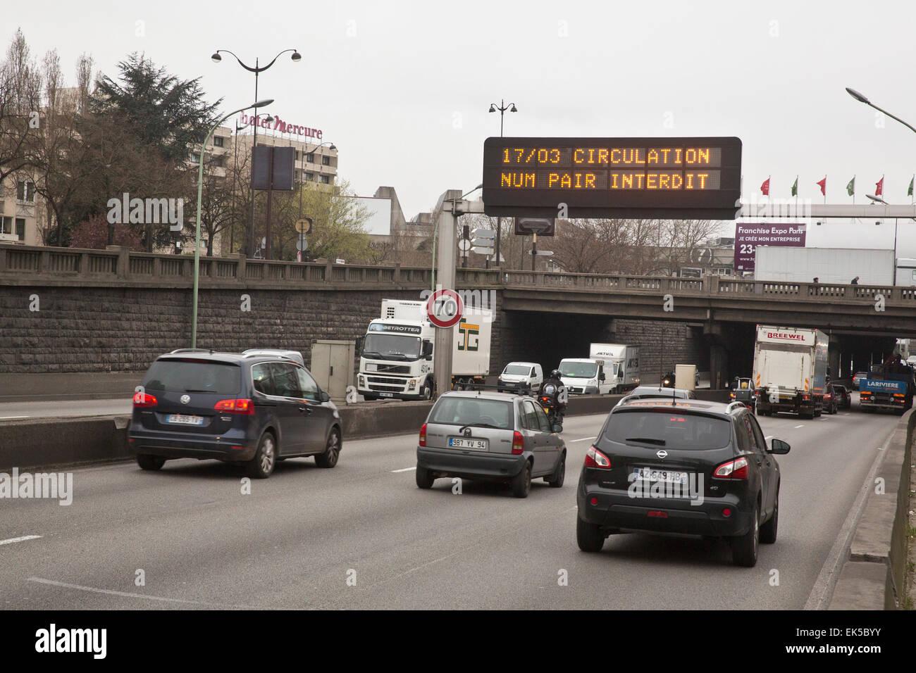Paris, le contrôle de la police de la circulation, des plaques d'immatriculation impaires seulement autorisé Photo Stock