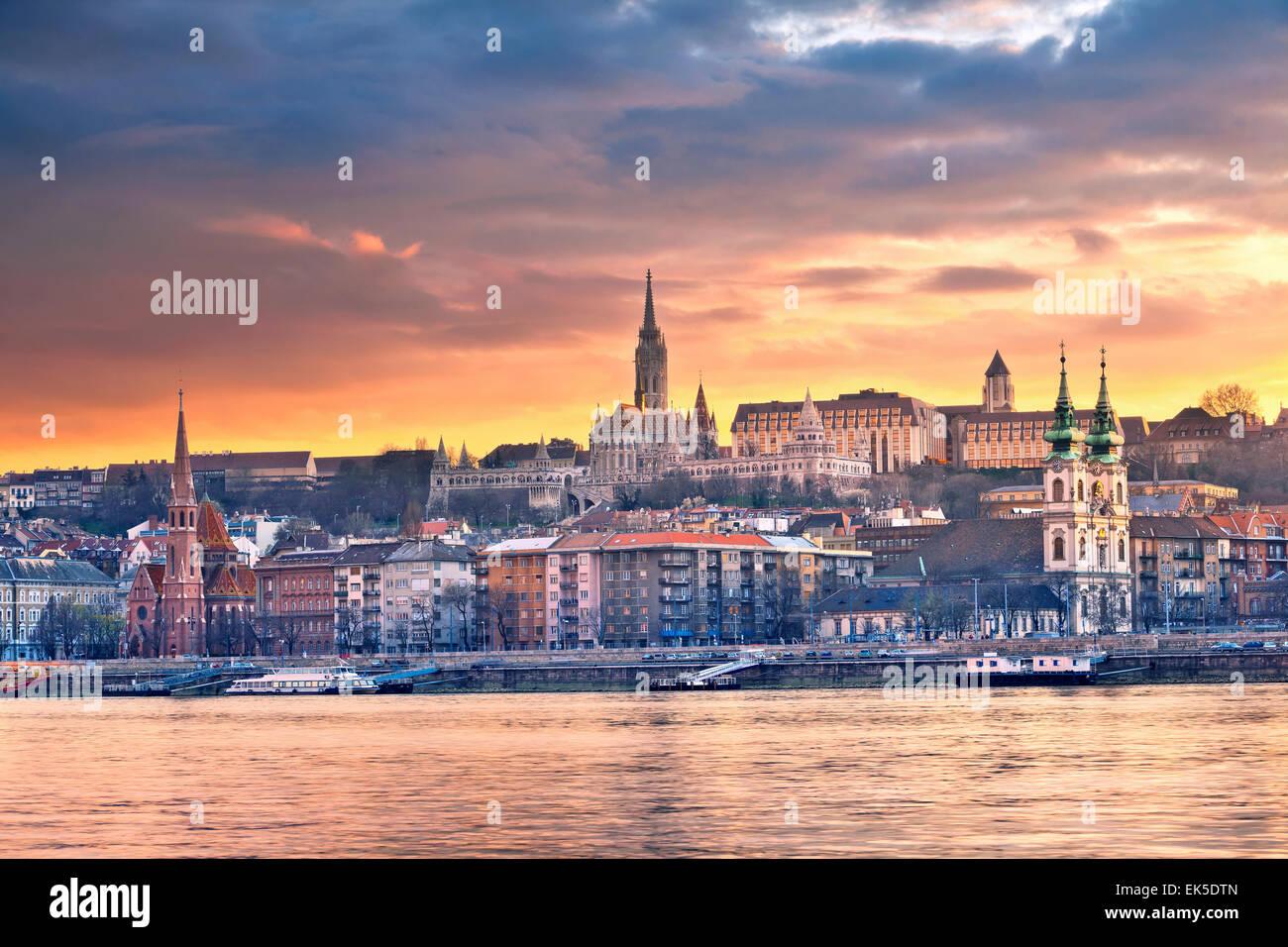 Budapest. Image de toits de Budapest au printemps le coucher du soleil. Photo Stock