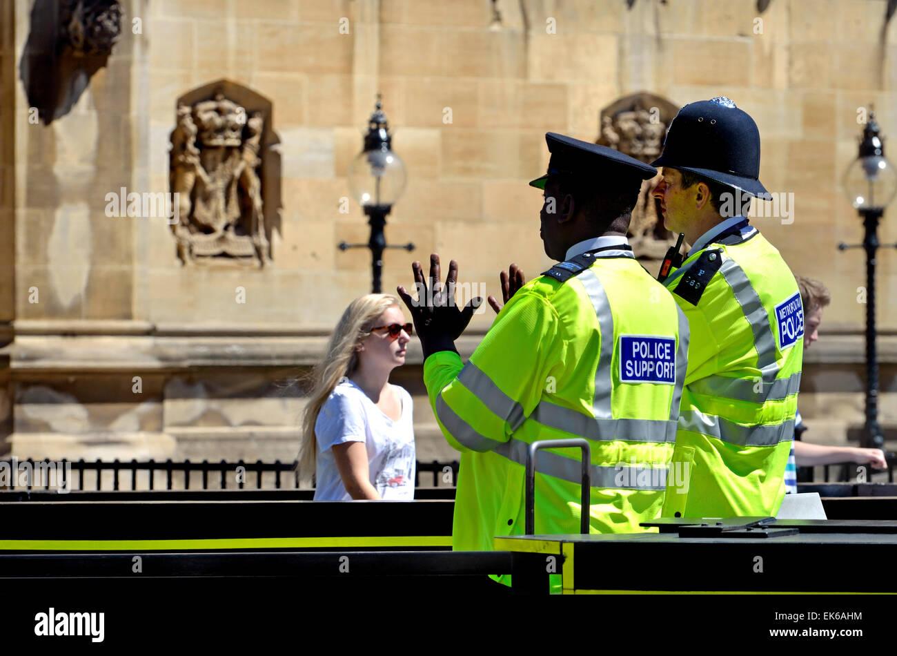Londres, Angleterre, Royaume-Uni. Agent de police métropolitaine et policier à l'extérieur du Photo Stock