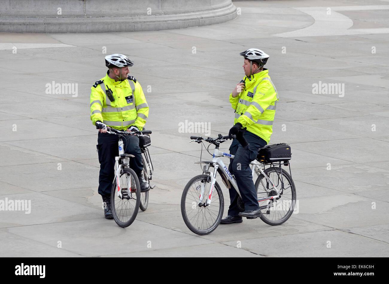 Londres, Angleterre, Royaume-Uni. Agents de la police métropolitaine sur les bicyclettes à Trafalgar Square Photo Stock