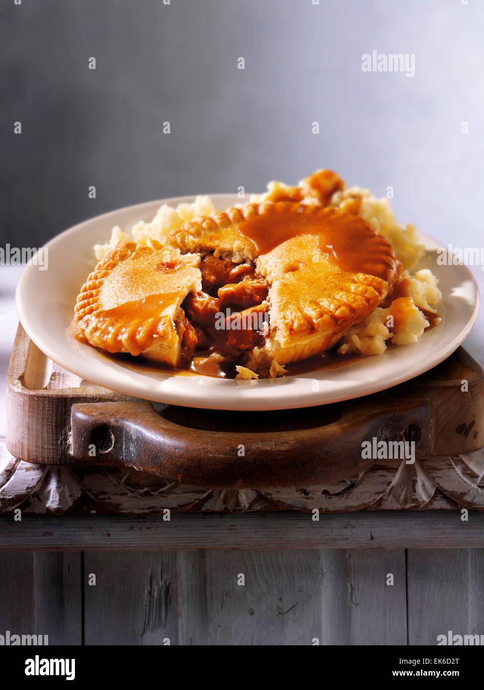 Repas maison de steak de bœuf britannique traditionnel en ale pâtisserie tarte & purée de pommes de Photo Stock