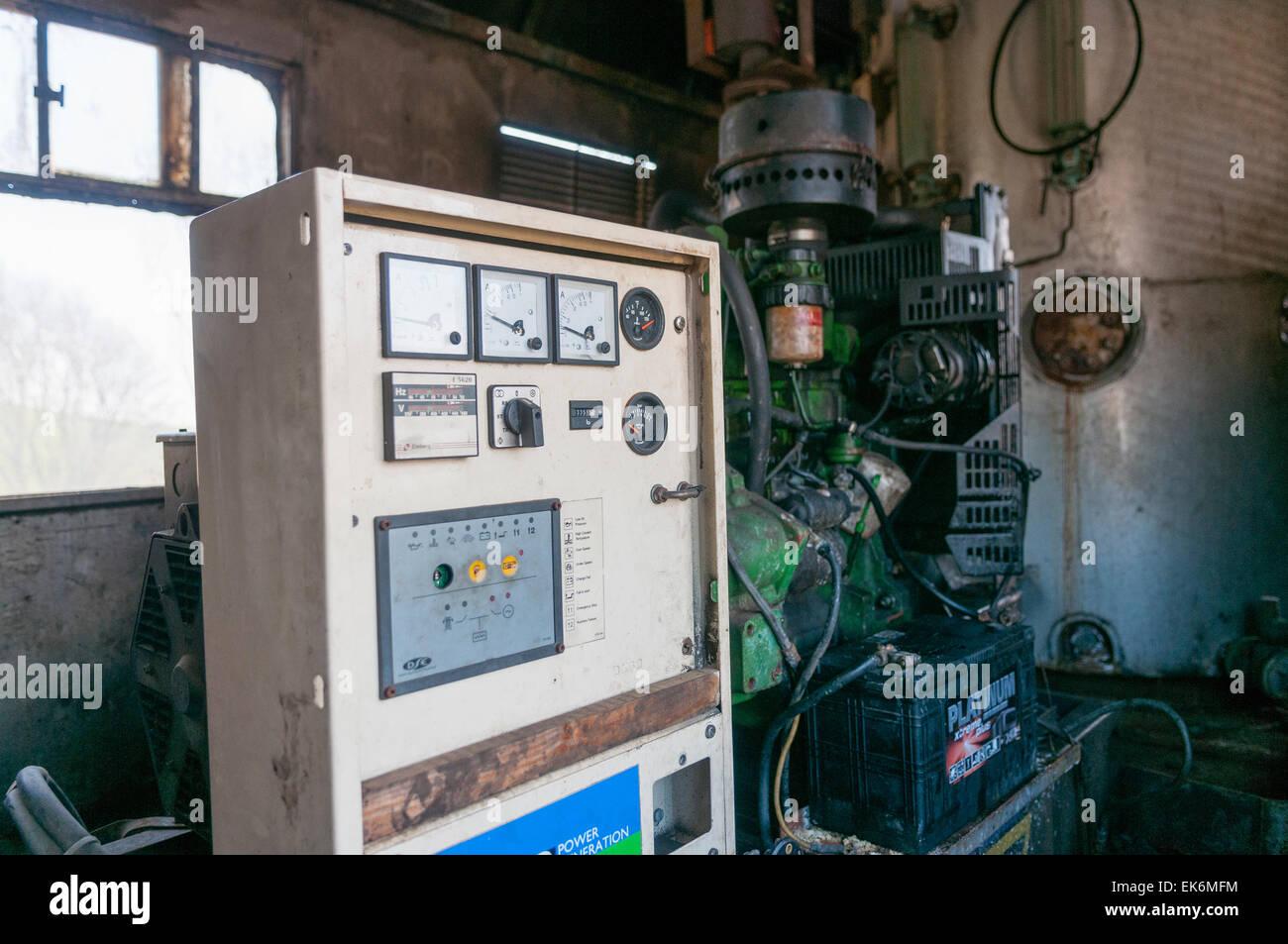 Ancien moteur diesel alimentant un générateur électrique et le panneau de  commande. Photo Stock f81fdafc8d7d