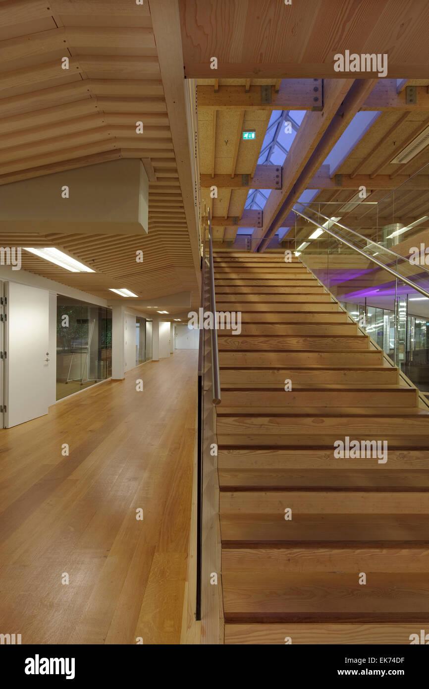 Escaliers en bois au premier étage, avec plancher en bois et ...