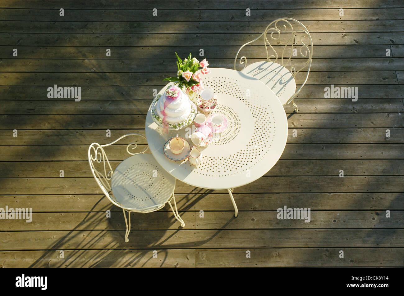 Table Dessus Thé Jardin Mis Place Vue Pour Le En Et De Chaises eWbDIE29HY
