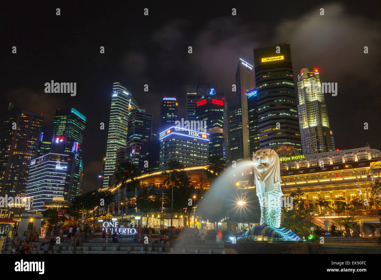 Gratte-ciel et statue du Merlion. Merlion Park. Singapour, en Asie. Banque D'Images
