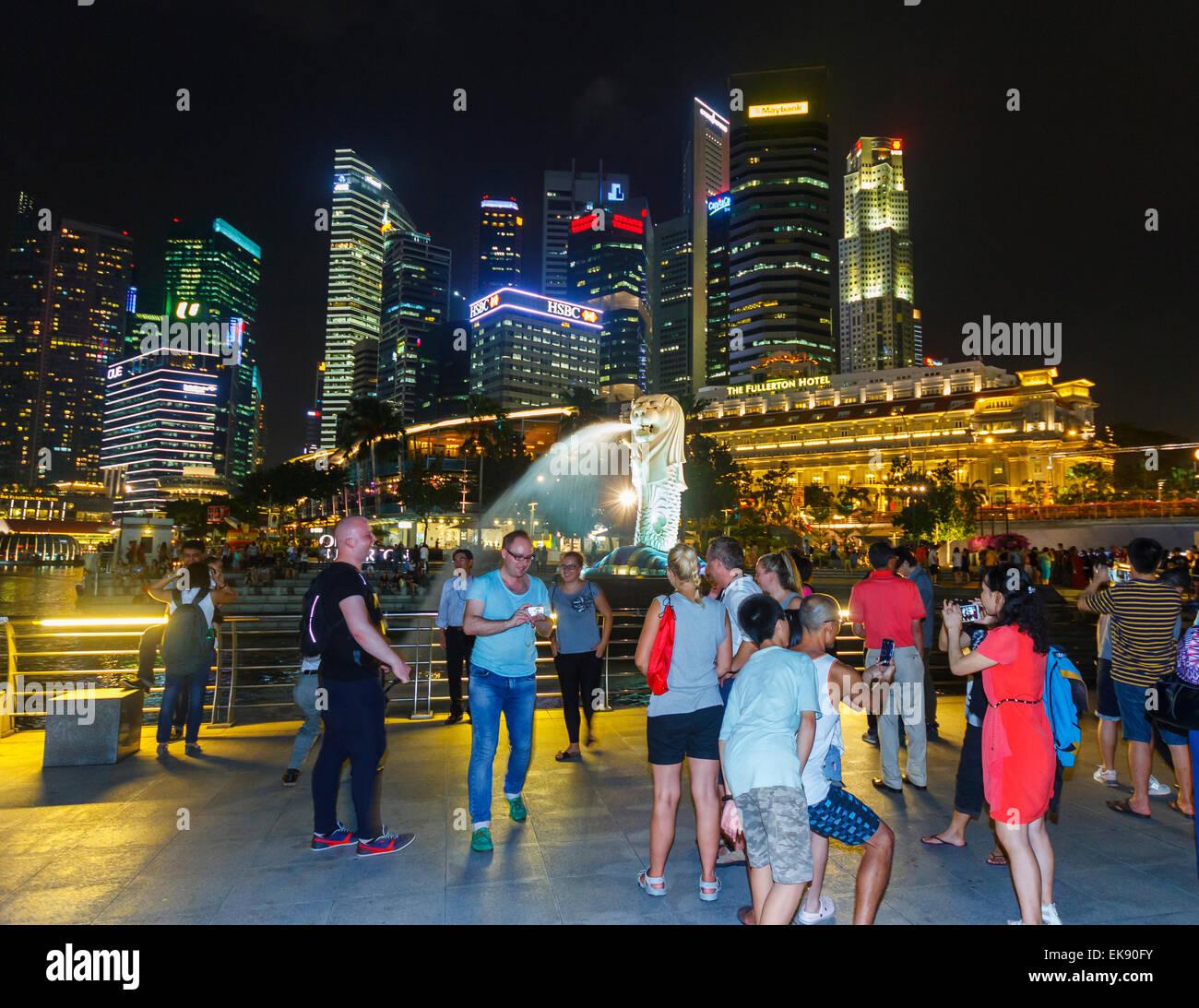 Gratte-ciel, statue du Merlion et personnes. Merlion Park. Singapour, en Asie. Banque D'Images