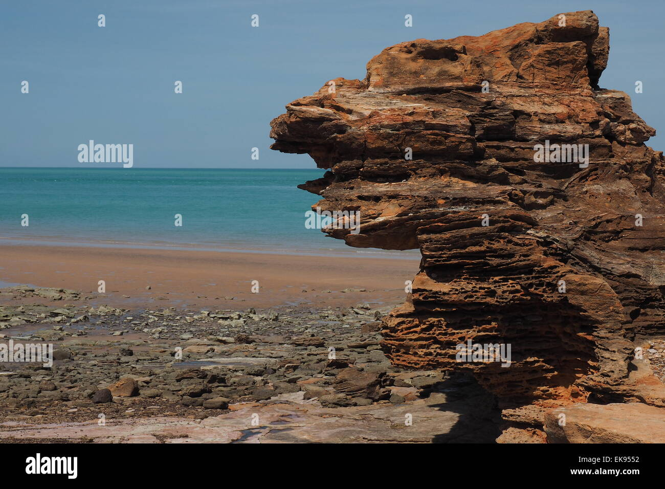 Pindan Red Rocks et plage près de port de Broome, Australie occidentale. Banque D'Images