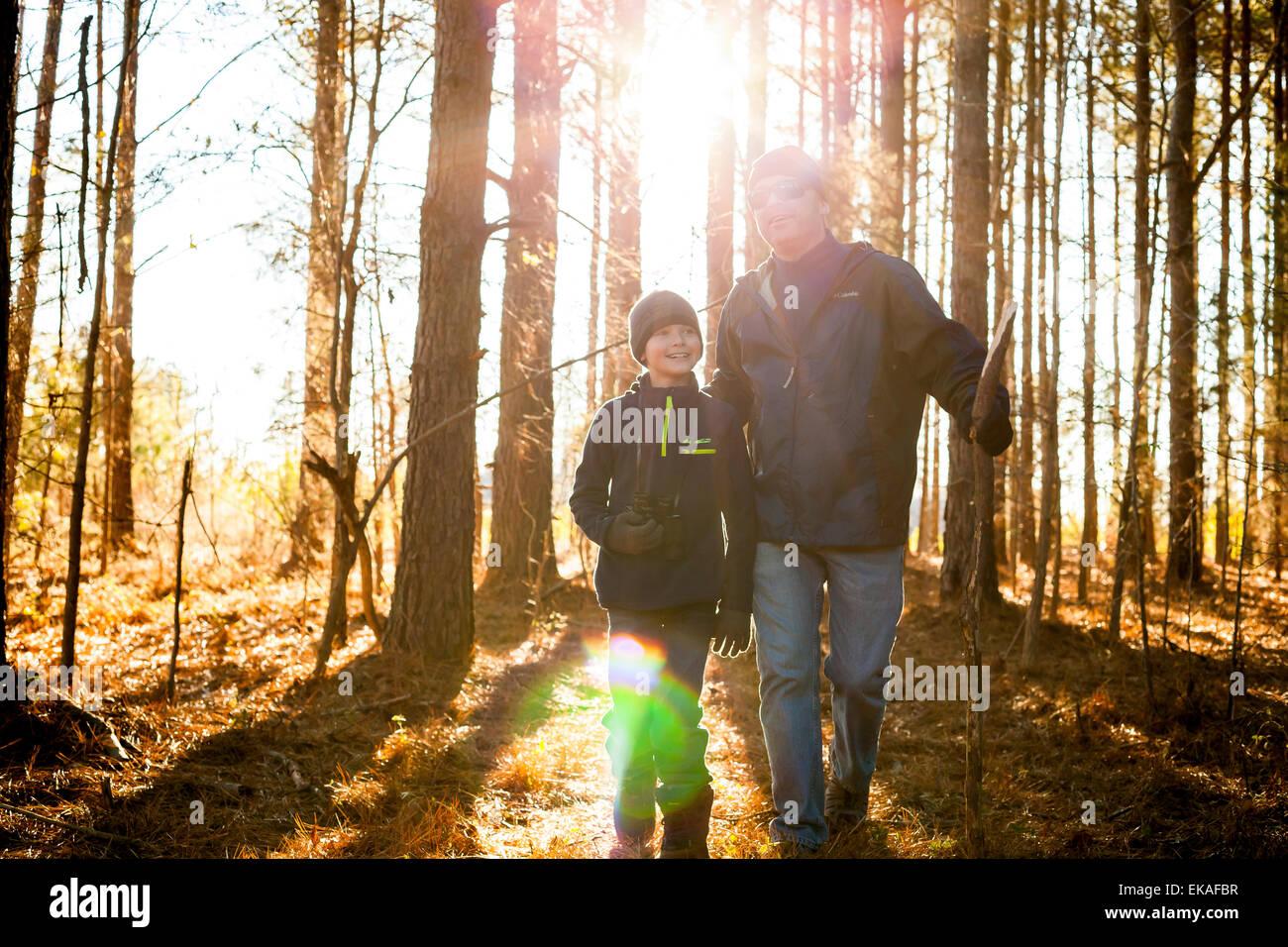 Père et fils randonnées dans les bois Photo Stock