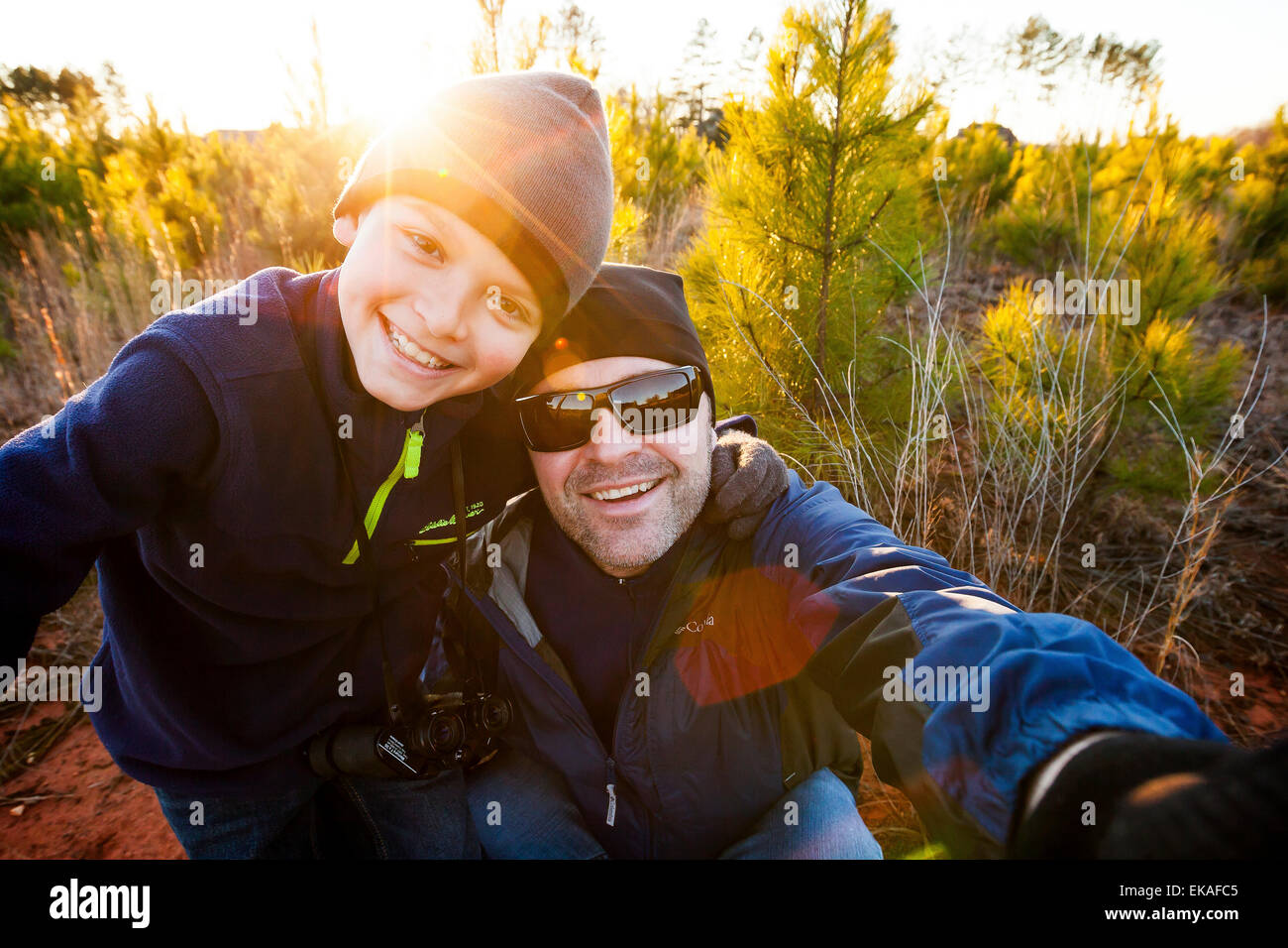 Père et fils en tenant un selfies Photo Stock