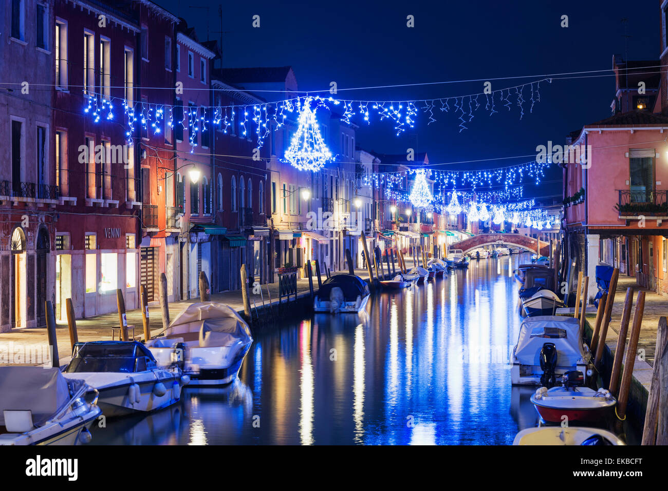 Décoration de Noël sur un canal de nuit, Murano, Venise, UNESCO World Heritage Site, Vénétie, Photo Stock