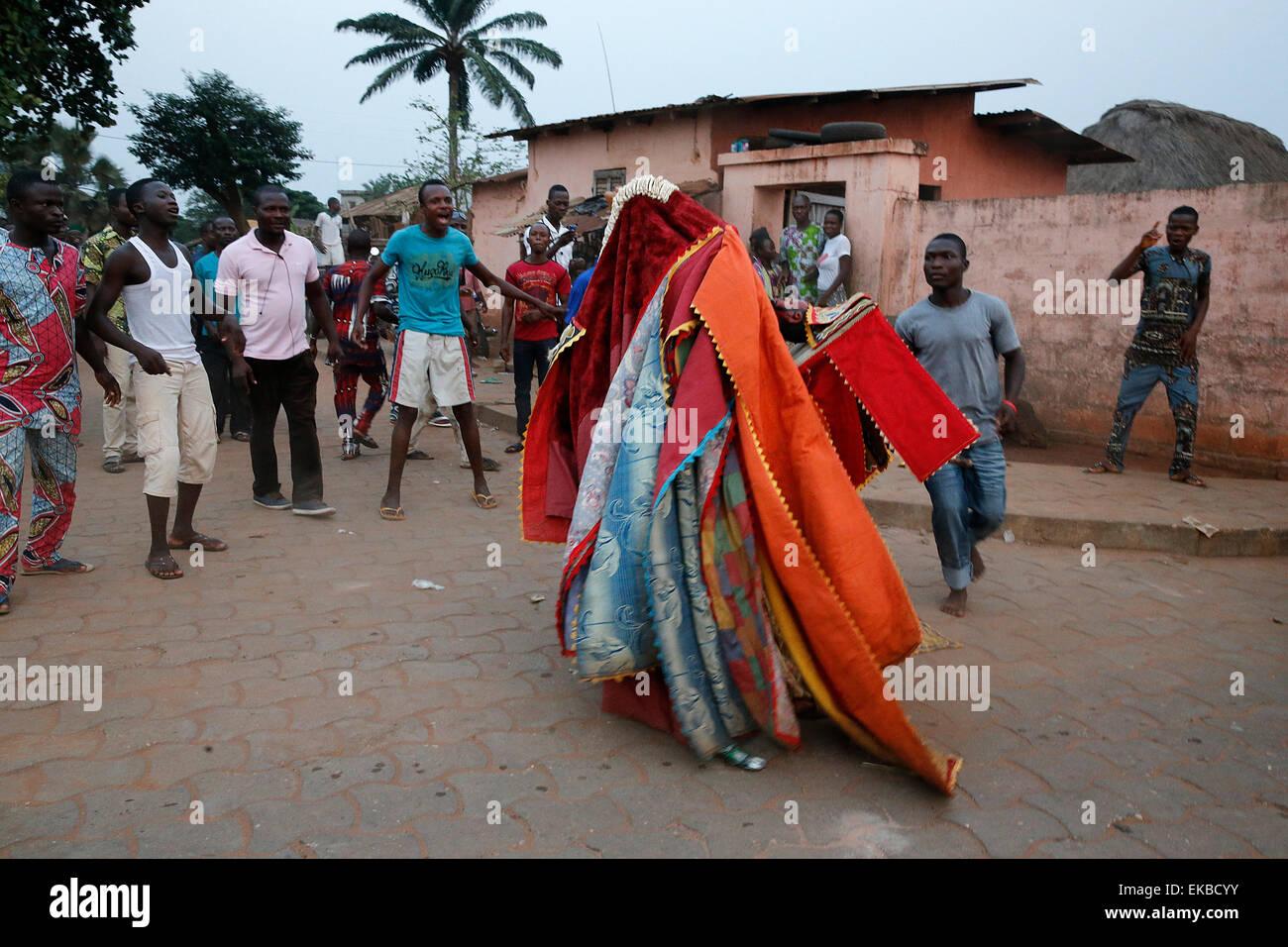 Personnes gardant leur distance qu'il est dangereux de toucher les egoun-egoun, Fête des fantômes à Ouidah, Bénin Banque D'Images