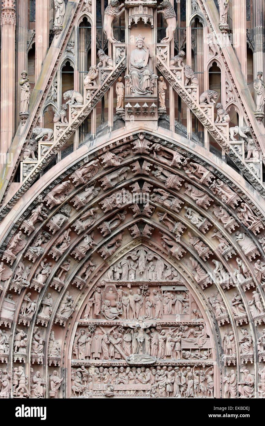 La Passion de notre Seigneur sur la façade occidentale de Notre-Dame de la cathédrale de Strasbourg, Strasbourg, Photo Stock